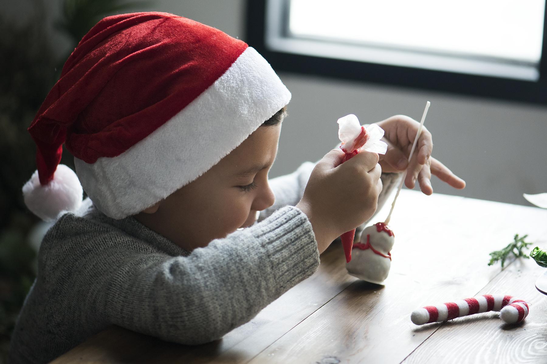 Tips till julpynt och personliga hemmagjorda klappar du kan göra tillsammans med barnen.