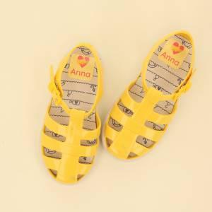 Märk skorna med stora namnlappar